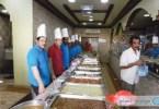 عاملون يجهزون وجبات الإفطار في أحد مطاعم الأحساء