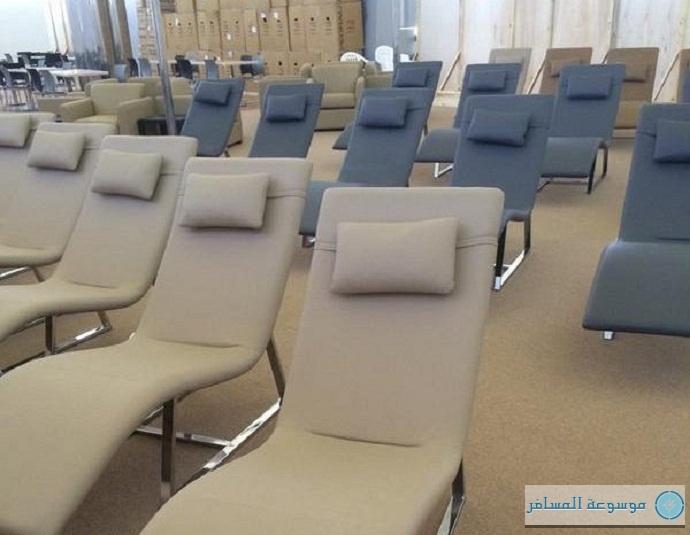 كراسي جديدة مُعَدة للاسترخاء في مطار الملك خالد