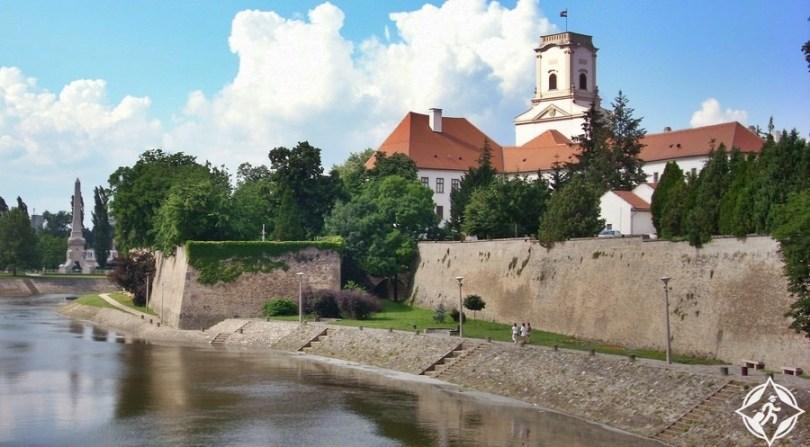 جيور - القلعة الأسقفية والقصر