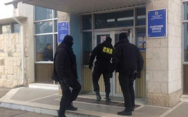 Scheme de corupți în Vama Sculeni: 400 de euro pentru o mașină cu numere de înmatriculare străine