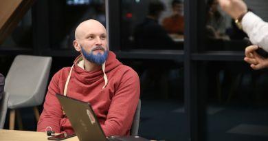 Foto // Pentru a-și motiva elevii, un profesor de matematică din Chișinău și-a vopsit barba în albastru