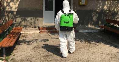 Galerie Foto // Primăria Nisporeni a început dezinfectarea intrărilor în blocurile de locuit