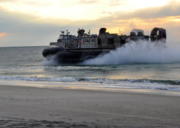 A landing craft air cushion (LCAC) assigned to Amphibious Craft Unit (ACU) 4 approaches shore to perform a beach landing on Oct. 25, 2013. US Navy Photo