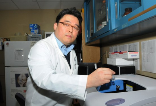 A $130,808 grant award from the William and Ella Owens Medical Research Foundation will allow Dr. Hongsik Cho and his research team to develop a drug delivery system using very small packets, called nanosomes, that enclose a drug and a fluorescent dye to repair damaged cartilage.