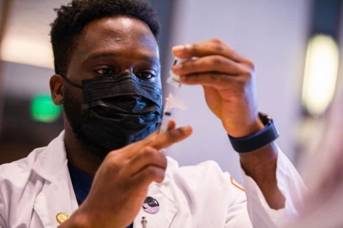 Pharmacy-student-prepares-COVID-19-vaccine-dose