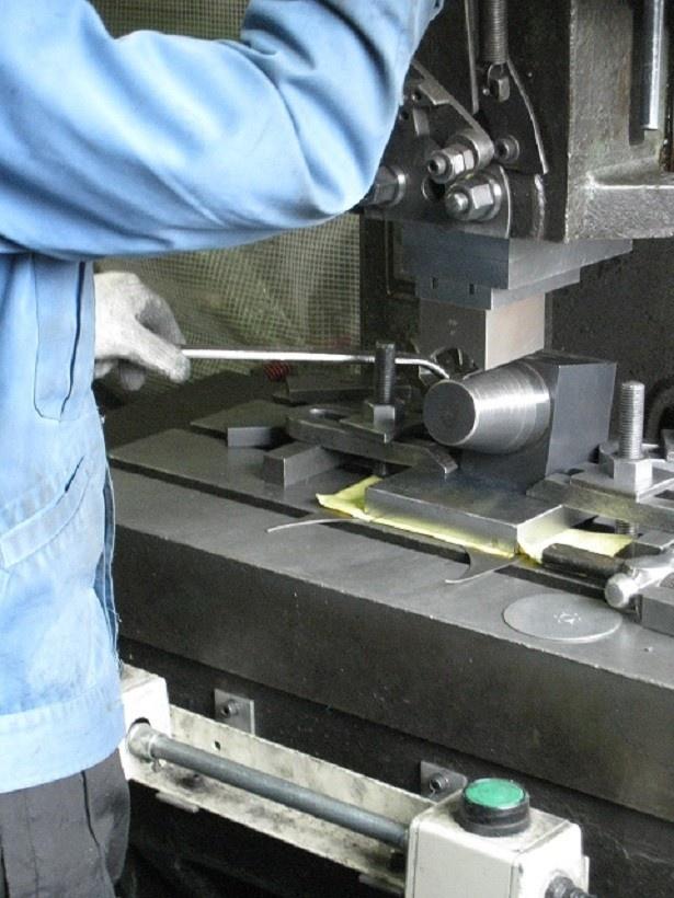 製造工程1:治具にタンブラーを設置して手作業でプ レス加工