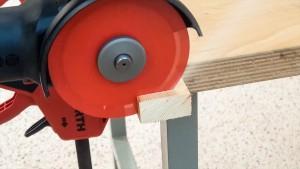 Hartmetall Trennscheibe schneidet Holz