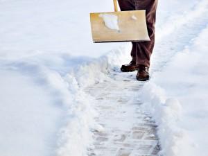 Schaufeln und streuen: Mit Schaufel und Streusalz sorgen Sie auch im Winter für sichere Wege!