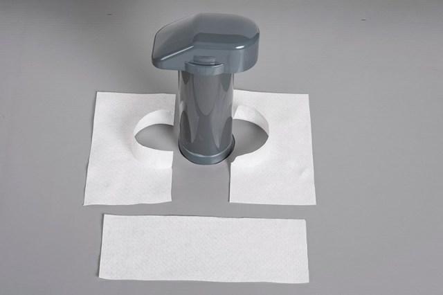 Bereiten Sie die Vlieszuschnitte für den Flachdach-Entlüfter vor.