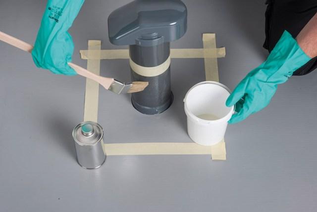 Flüssigkunststoff auf den Flachdach-Entlüfter auftragen