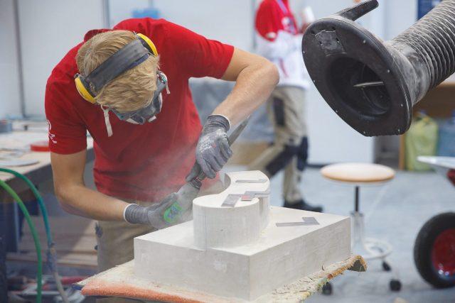 Sebastian Wienerroither kann seine zahlreichen Talente in seinem Beruf Steinmetz verwirklichen.