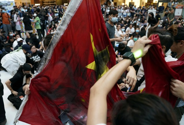 Hong Kong protesters set fire to Chinese flag