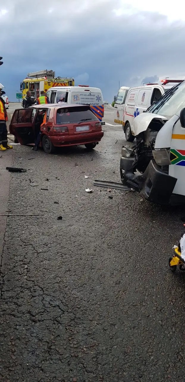 Sixteen injured in South Coast crash