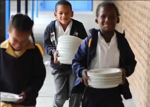 school kids going to eat