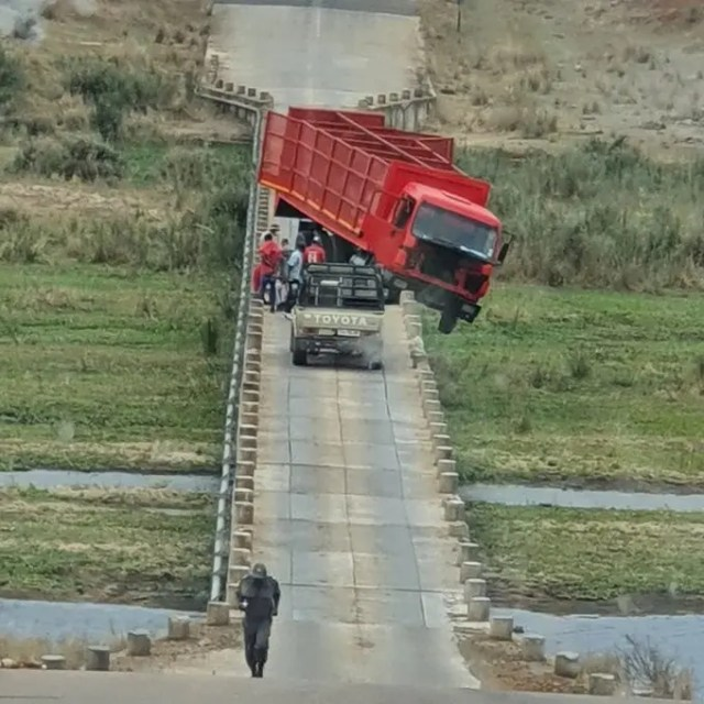 Vehicle blocking the bridge at Crocodile Bridge Gate