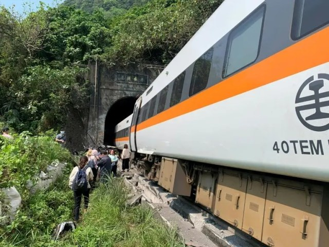 Taiwan train derails