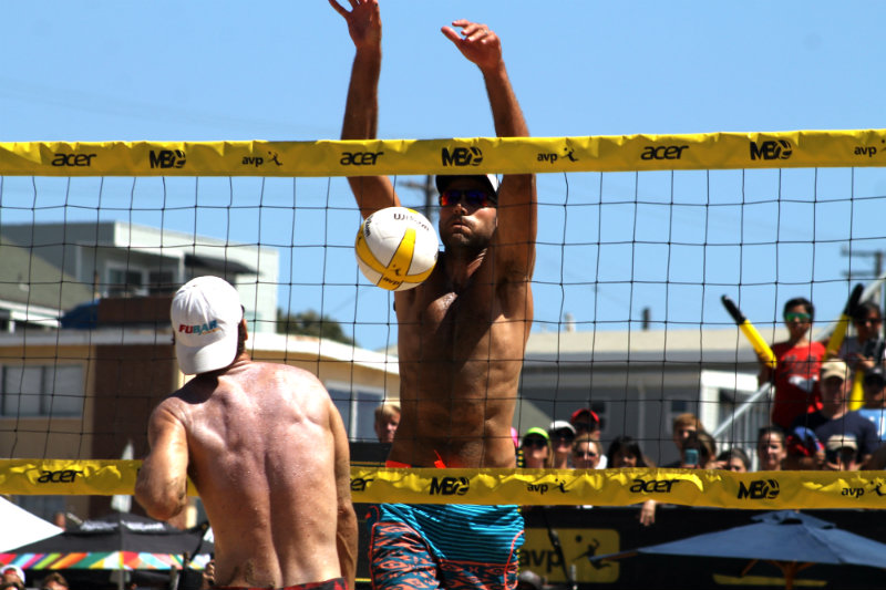 2008 Olympic gold medalist Phil Dalhausser at the net doing his thing at the Manhattan Beach Open. Photo by Dennis J. Freeman