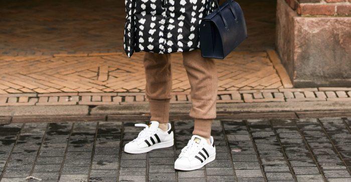 15 formas de combinar tus zapatillas blancas con estilo