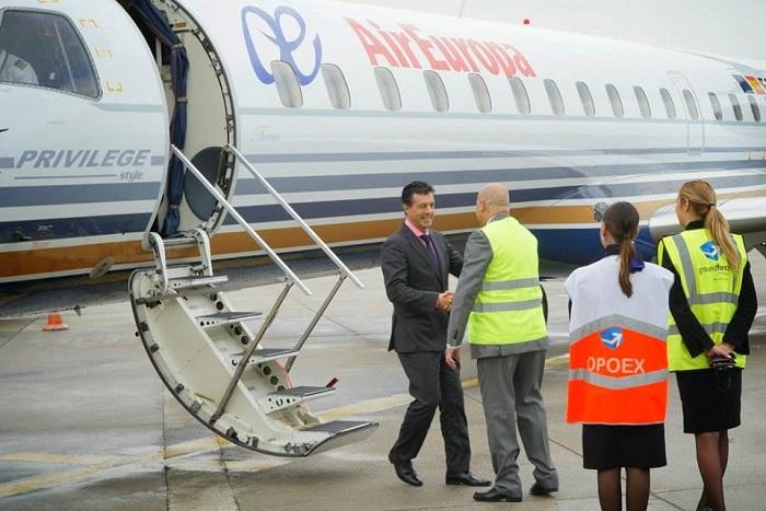 José Maria Hoyos, sub-director da Air Europa é cumprimentado na chegada do primeiro voo regular da Air Europa ao Aeroporto do Porto.
