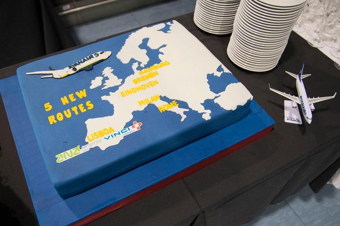 Como vem sendo tradicional nas aberturas de novas rotas, não faltou o bolo que assinala os novos percursos da companhia irlandesa.