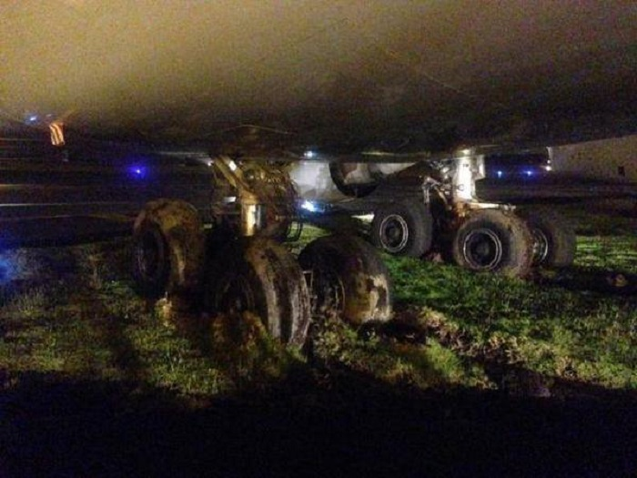 O trem central da aeronave atascado na lama (Foto www.crash-aerien.aero)
