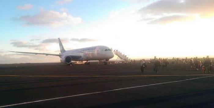 Imagem publicada numa conta de Twitter de um passageiro, em que se vê o avião no Aeroporto de Santa Maria após a aterragem, no momento em que os passageiros abandonavam a aeronave.