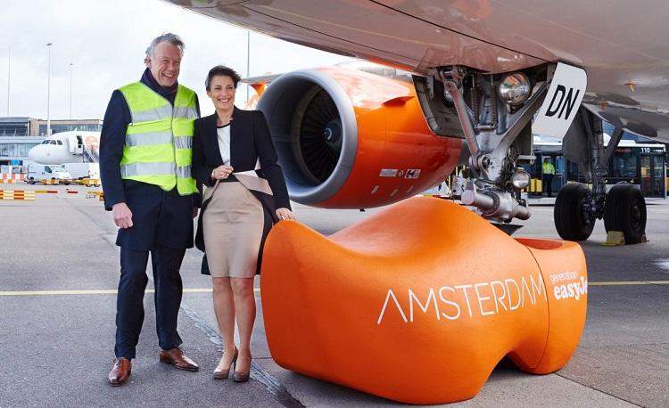 Carolyn McCall, presidente executiva da EasyJet, com Jos Nijhuis, presidente da Administração do Aeroporto Schiphol.