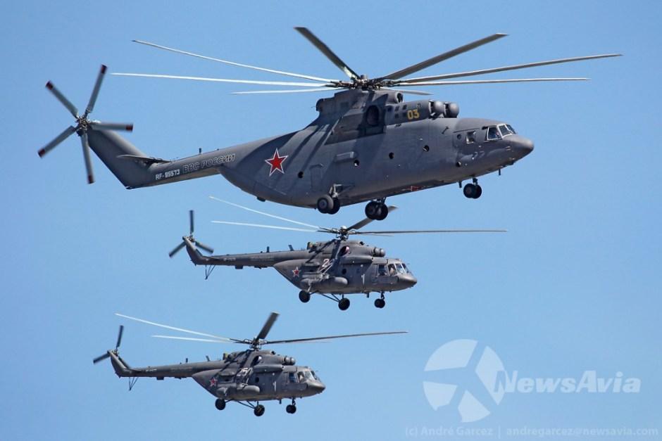 Mi-26 escoltado por dois Mi-8AMTS.