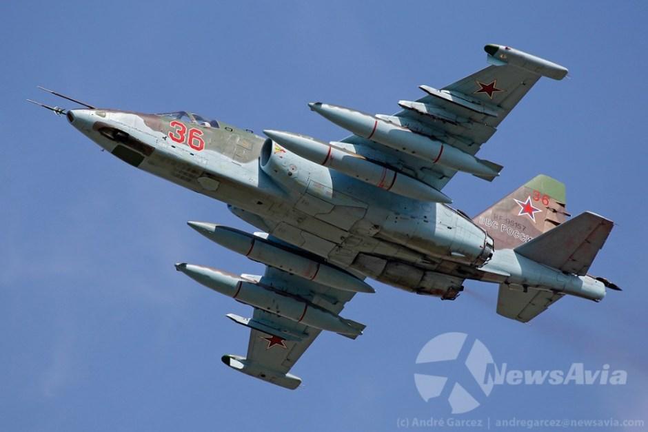 Sukhoi Su-25. O sistema acoplado às tubeiras de escape denuncia que foi uma das aeronaves utilizadas para pintar a bandeira russa nos céus de Moscovo.