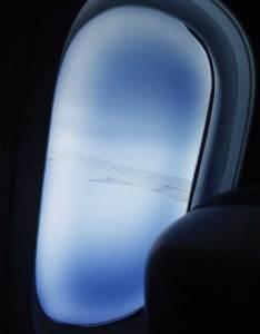 Olhar sobre o céu com vista da asa do avião