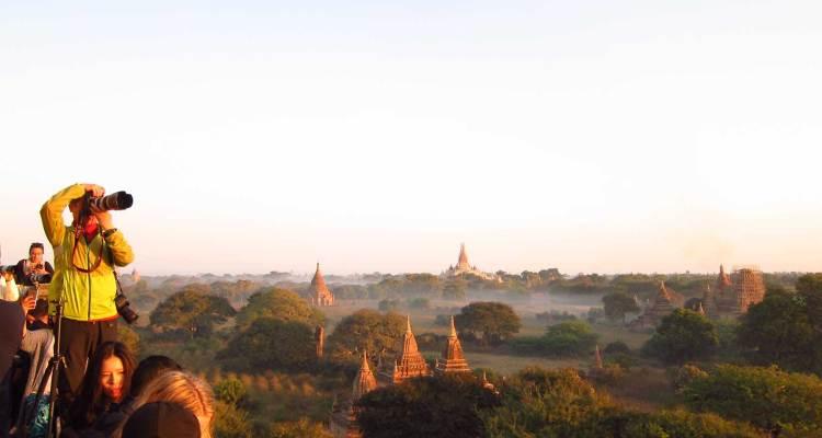 Nascer do sol em Bagan Shwe San Daw Pagoda