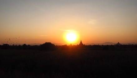 Pôr do sol em Bagan Pya Tha Da