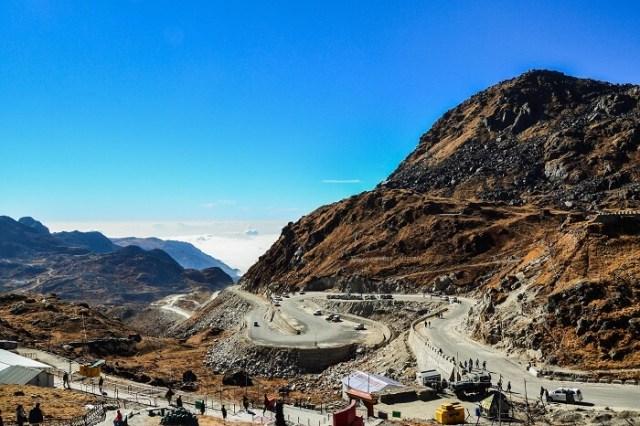 सिक्किम में नाथुला दर्रे की ज़िग-ज़ैग सड़कें