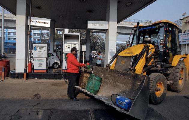 वित्त मंत्रालय ने पेट्रोल, डीजल पर टैक्स में कटौती की रिपोर्ट