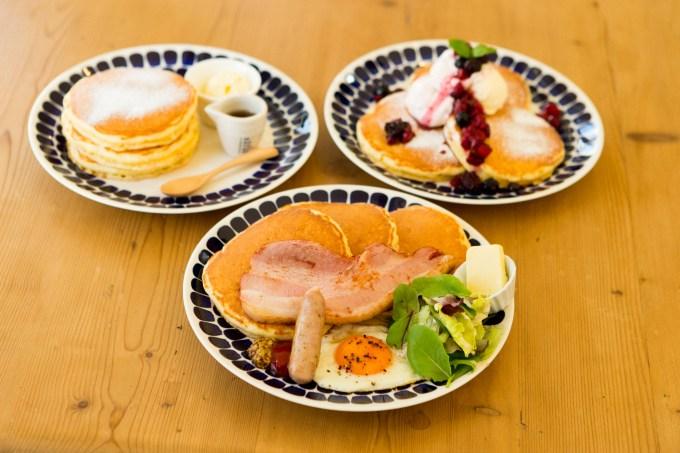 左上:クラシックパンケーキ、右上:森のパンケーキ、中央手前:高原のパンケーキ