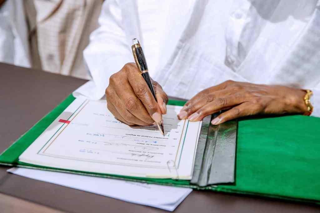 Nigeria's President Muhammadu Buhari signs the AfCTA deal