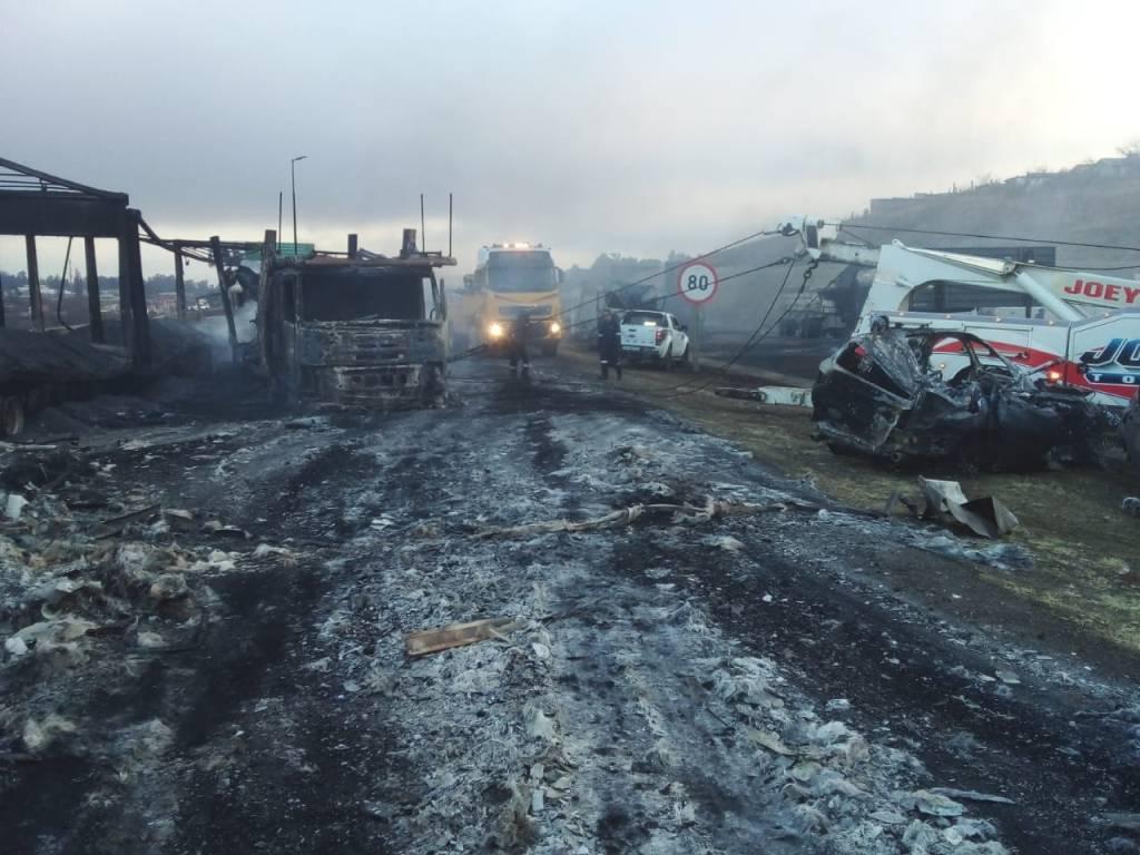 Pro-Zuma protestors Burn Trucks and SUVs in N3, Mooi River. .(News Central TV)
