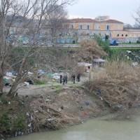 Lo sgombero sotto ponte Testaccio e i paradossi del fiume
