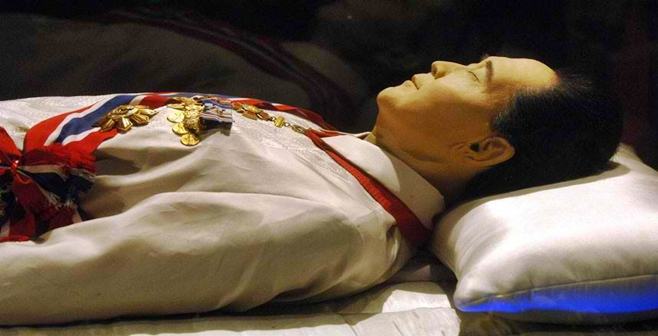 A close-up of Former Pres. Ferdinand Marcos' body.