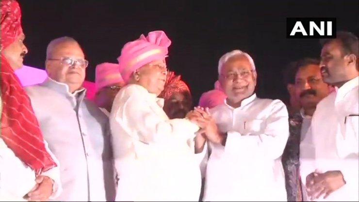nitish kumar met lalu prasad and blessing tejpratap and aishwarya rai