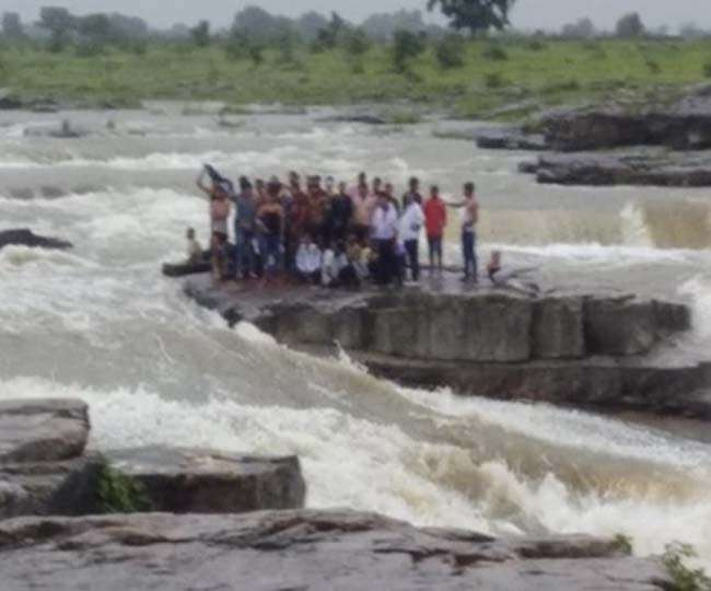 shivpuri many people flowing out in the waterfall