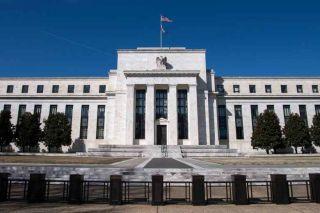 Fed: Δεν αλλάζει στρατηγική έως ότου επιτευχθούν οι οικονομικοί στόχοι