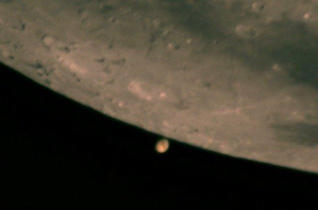 Planeta Marte prestes a ser ocultado pela Lua
