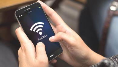 Segurando celular para Descobrir Wi-fi