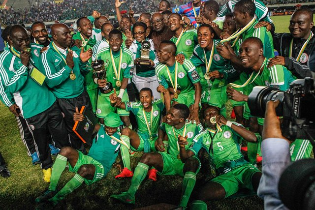 Nigerian football players pose for a photo after defeating Senegal in the final of the 2015 African U20 Championship in Dakar, March 22, 2015. Nigeria claims the title by 1-0. (Xinhua/Li Jing)