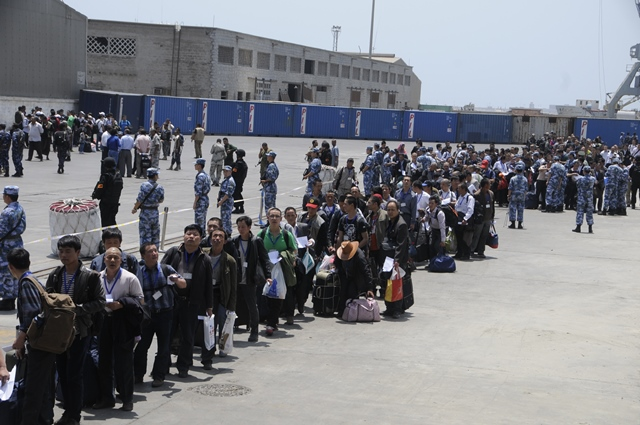 Chinese citizens wait to get on the a navy frigate to leave Yemen, in the al-Hodayda port in western Yemen, on March 30, 2015. Four hundred and forty-nine Chinese nationals left the Yemeni coastal city of Al-Hodayda on Monday aboard a Chinese navy frigate. On Sunday, 122 other Chinese nationals were evacuated from the Yemeni city of Aden and have already arrived in Djibouti. (Xinhua/Hani Ali)