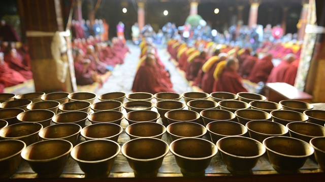 Monks offer lamps to the statue of Shakyamuni Buddha at the awarding ceremony for Gexe Lharampa, the highest academic degree in Tibetan Buddhism studies, at the Jokhang Monastery in Lhasa, capital of southwest China's Tibet Autonomous Region, April 5, 2015. After rounds of tests and debating sessions, ten monks received the Gexe Lharampa degree this year, a title similar to a doctorate in the Gelugba faction of Tibetan Buddhism. Gexe means knowledgeable and Lharampa represents the highest degree among the four ranks in the Gexe system. (Xinhua/Chogo) (yxb)