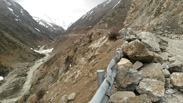 Photo taken on April 26, 2015 with a cellphone shows a landslide on the No. 318 national road, about two kilometers away from Nyalam County in Xigaze Prefecture, southwest China's Tibet Autonomous Region. A 5.3-magnitude quake shook Nyalam County at 1:42 a.m. Sunday (1742GMT on Saturday) following strong earthquakes in neighboring Nepal, the China Earthquake Networks Center said. (Xinhua/Zhang Quna) (lfj)