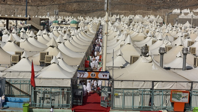 Pilgrims prepare to pray and stay overnight in tents in Mina, about seven km from Mecca, in Saudi Arabia, Sept. 22, 2015. According to the rigid Hajj schedule, pilgrims will pray and stay overnight in tents of Mina, before moving on to Arafat, a barren and plain land some 20 km east of Mecca, and then to Muzdalifah, an area between Arafat and Mina, to celebrate Eid al-Adha, or the Feast of Sacrifice. (Xinhua/Min Junqing) (djj)