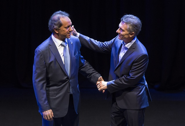 Daniel Scioli (L), presidential candidate of the ruling Front for the Victory, and Cambiemos Mauricio Macri, presidential candidate of the opposition front, attend the presidential debate